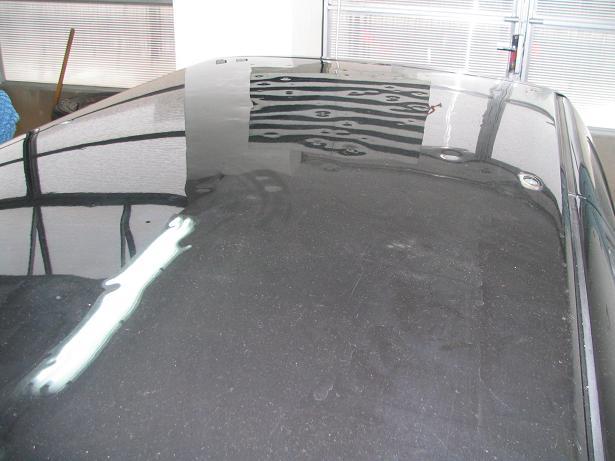 Střecha po kroupách před opravou